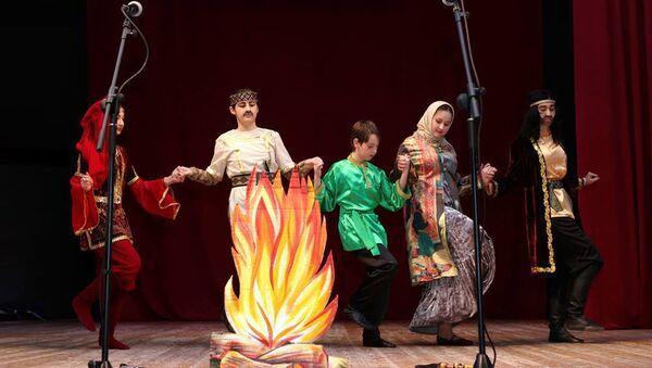 Выступление детского театра-студии Гюнай на сцене Государственного театра песни имени Рашида Бейбутова - Sputnik Азербайджан