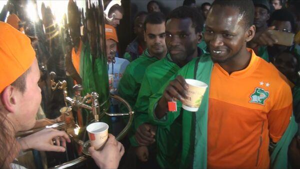 Африканских болельщиков в Краснодаре напоили русским чаем - Sputnik Азербайджан