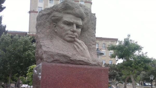 Памятник Микаилу Мушфигу - Sputnik Азербайджан