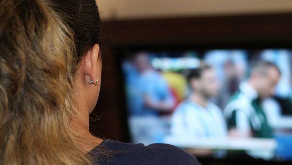 Женщина за просмотром телевизора, фото из архива - Sputnik Азербайджан