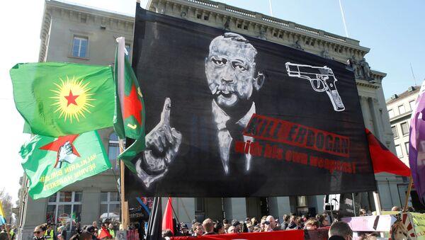 Rəcəb Tayyib Ərdoğanı hədəf alan qalmaqallı plakat - Sputnik Azərbaycan