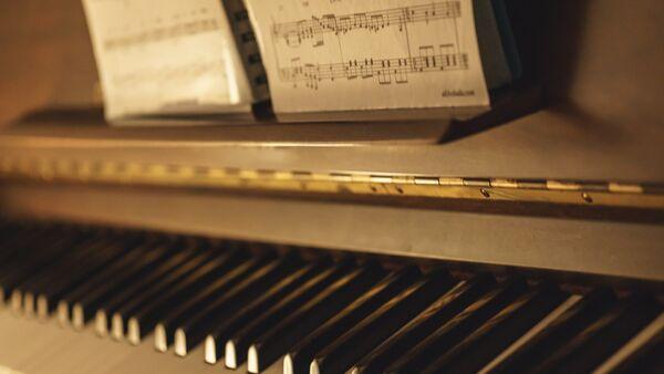 Нотные записи и фортепиано, фото из архива - Sputnik Азербайджан