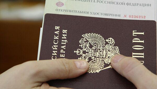 Выдача открепительных удостоверений для голосования на выборах президента РФ - Sputnik Азербайджан