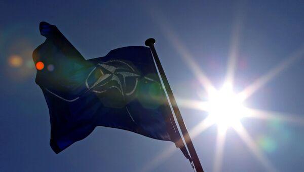 Флаг НАТО перед штаб-квартирой Альянса в Брюсселе, фото из архива - Sputnik Азербайджан