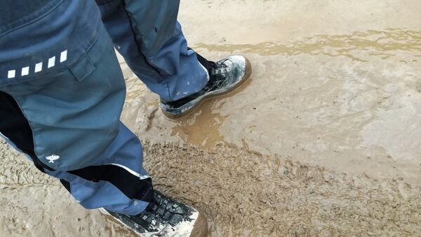 Мужчина в грязной обуви, фото из архива - Sputnik Азербайджан