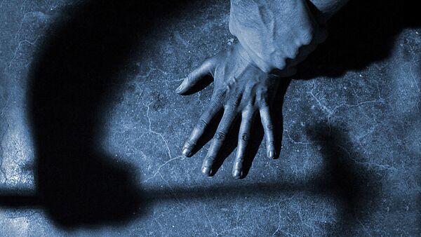 Мужчина с молотком в руке, фото из архива - Sputnik Азербайджан