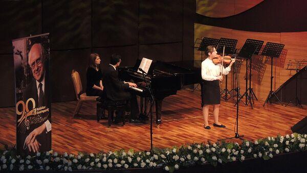Выступление учеников 11-летней музыкальной школы №21 на сцене Международного центра мугама - Sputnik Азербайджан