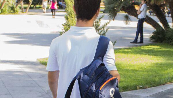 Школьник с рюкзаком, фото из архива - Sputnik Азербайджан