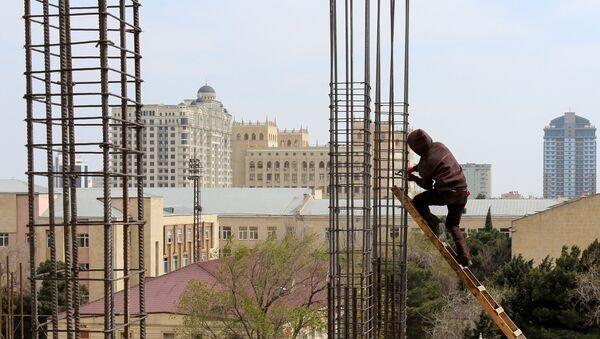 Рабочий на стройке многоэтажного дома, фото из архива - Sputnik Азербайджан