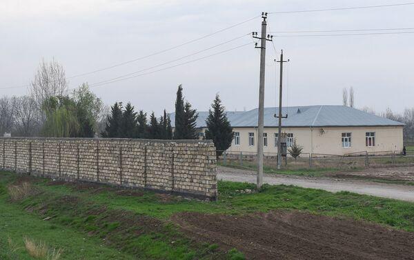 Восстановленная после апрельских боев школа и стена безопасности в селе Аяг Гярвянд Агдамского района - Sputnik Азербайджан