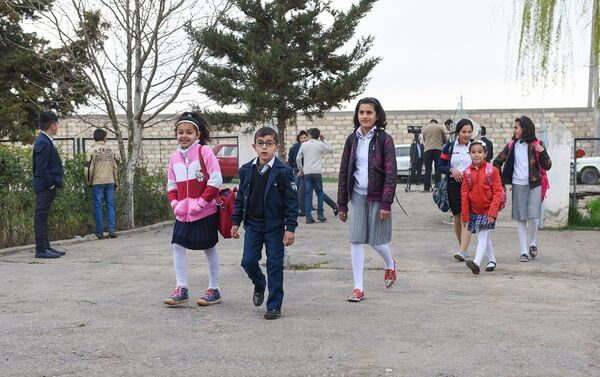 Школьники во дворе школы - Sputnik Азербайджан