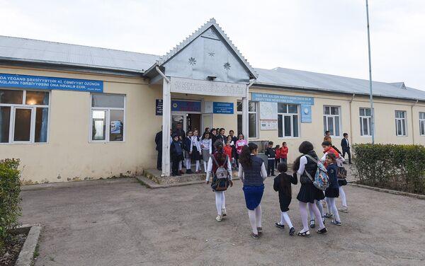 Средняя школа села Аяг Гярвянд была полностью разрушения прямым попаданием снаряда. К счастью, никто не пострадал - Sputnik Азербайджан