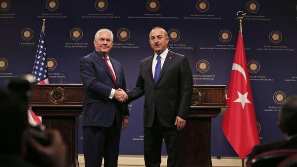 Глава МИД Турции Мевлют Чавушоглу  жмет руку госсекретарю США Рексу Тиллерсону в ходе пресс-конференции после их встречи в Анкаре, Турция, 30 марта 2017 года - Sputnik Azərbaycan