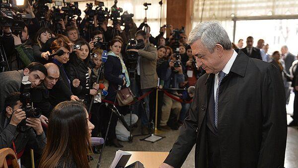 Сержа Саргсян голосует на выборах в парламент Армении - Sputnik Азербайджан