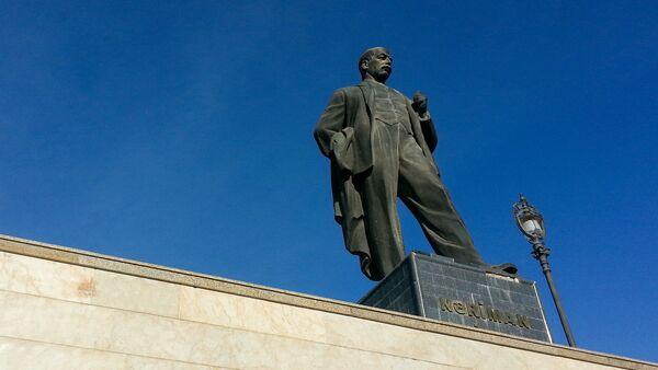 Памятник Нариману Нариманову в Баку - Sputnik Azərbaycan