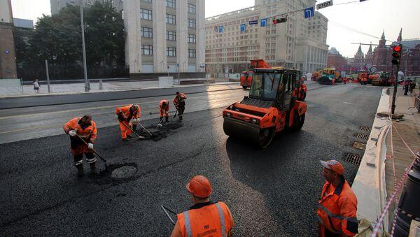 Рабочие во время укладки асфальта, фото из архива - Sputnik Азербайджан