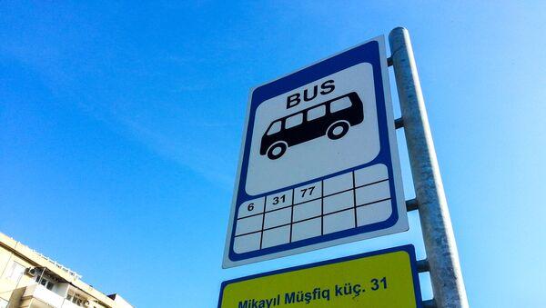 Знак автобусной остановки и таблица графика маршрутов - Sputnik Azərbaycan