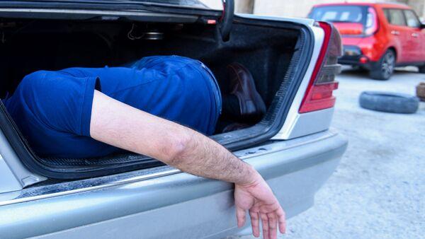 Мужчина в багажном отделении автомобиля, фото из архива - Sputnik Азербайджан
