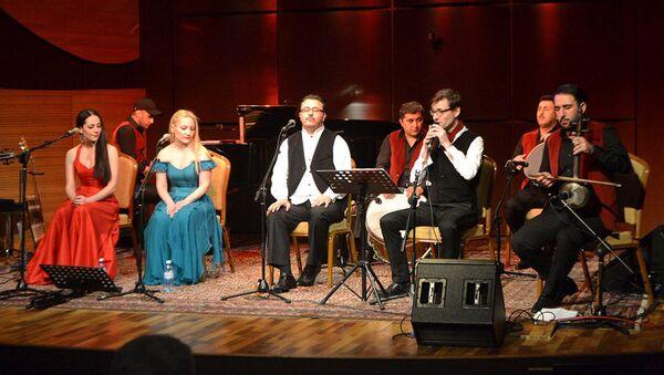 На сцене Международного Центра Мугама зрителям был представлен синтез греческих, французских и азербайджанских песен - Sputnik Азербайджан