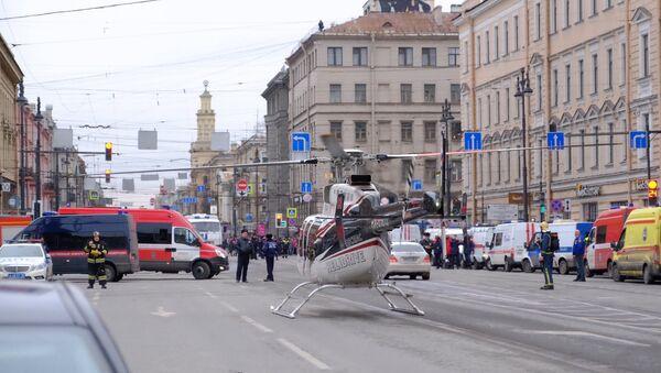Вертолет санитарной авиации у станции метро Технологический институт в Санкт-Петербурге, где произошел взрыв - Sputnik Азербайджан