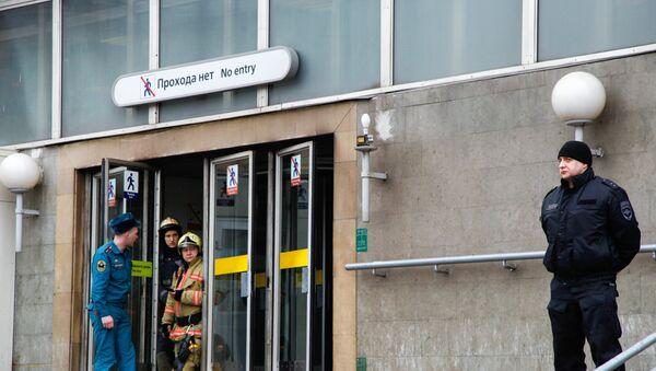Сотрудники службы спасения МЧС РФ у станции метро Сенная площадь в Санкт-Петербурге, где произошел взрыв - Sputnik Азербайджан