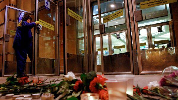 Цветы и свечи у входа в вестибюль станции метро Спасская в память о погибших в результате взрыва в метрополитене Санкт-Петербург - Sputnik Азербайджан
