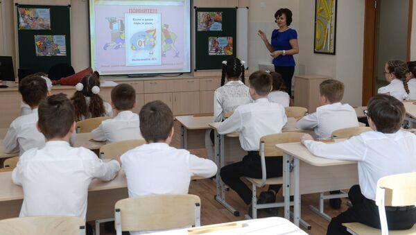 Школьники во время урока, фото из архива - Sputnik Азербайджан