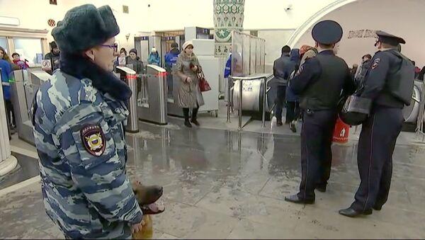 В московском метро усилены меры безопасности - Sputnik Азербайджан