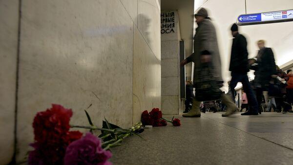 Цветы в память о жертвах взрыва на станции метро Технологический институт в Санкт-Петербурге, Россия, 4 апреля 2017 года - Sputnik Азербайджан