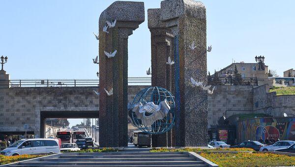Круг Дакара близ станции метро Нефтчиляр на пересечении улицы Рустама Рустамова с проспектом Гара Гараева - Sputnik Азербайджан