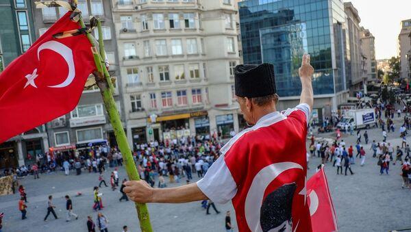 Мужчина с флагом на площади Таксим в Стамбуле - Sputnik Азербайджан