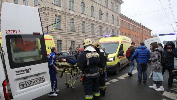 Эвакуация пострадавших в результате взрыва со станции метро Технологический институт в Санкт-Петербурге - Sputnik Азербайджан