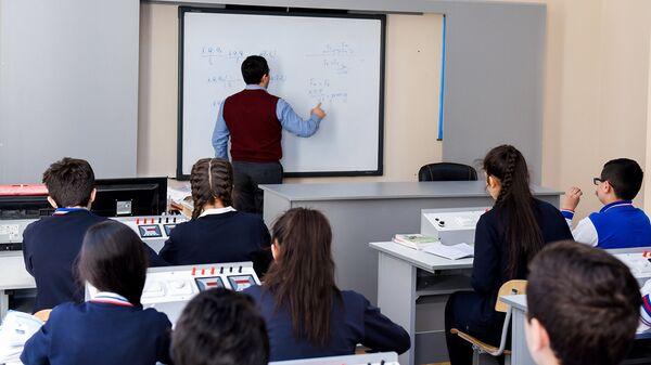 Учебный процесс в одной из средних школ Баку, фото из архива - Sputnik Азербайджан