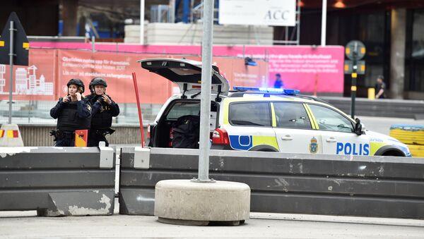 Сотрудники шведской полиции на месте происшествия, где грузовик врезался в толпу, 7 апреля 2017 года - Sputnik Азербайджан