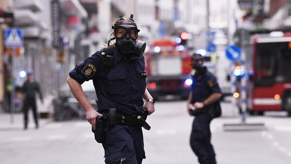 Полиция на улице Дроттнинггатан в Стокгольме после наезда грузовика на людей. 7 апреля 2017 - Sputnik Азербайджан