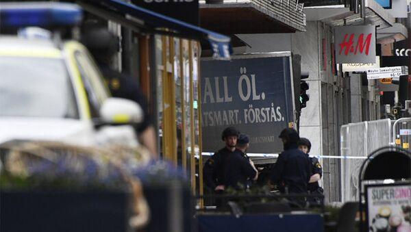 Полицейские на улице в Стокгольме после наезда грузовика на людей, фото из архива - Sputnik Азербайджан