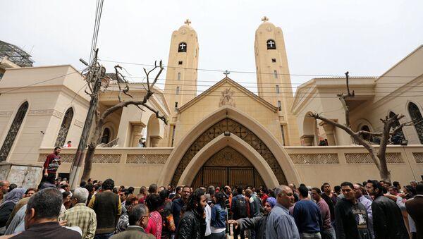Люди на месте взрыва в церкви Святого Георгия в городе Танта в Египте - Sputnik Азербайджан