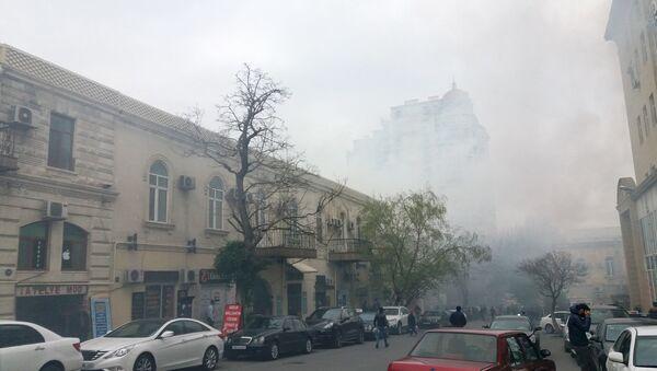 Тушение пожара в жилом доме на улице Сулеймана Тагизаде в Баку - Sputnik Азербайджан