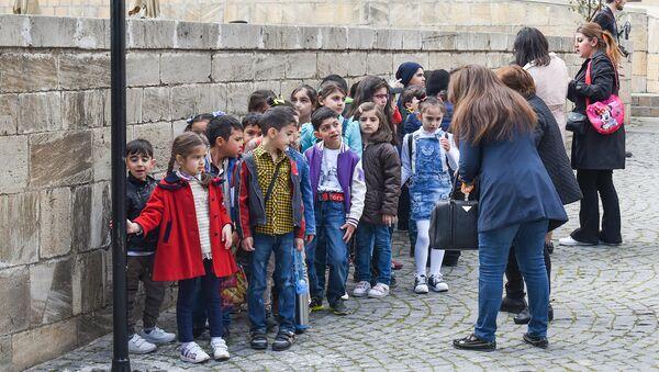 Дети во время экскурсии по Старому городу в Баку, фото из архива - Sputnik Азербайджан