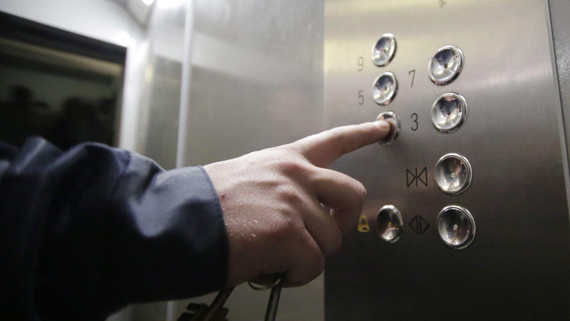 Кнопочная панель энергосберегающего лифта в подъезде жилого дома, фото из архива - Sputnik Azərbaycan, 1920, 17.09.2021