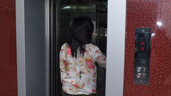 Девушка входит в кабинку лифта, фото из архива - Sputnik Азербайджан
