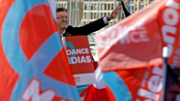 Кандидат в президенты Франции, лидер движения Непокорная Франция Жан-Люк Меланшон выступает с речью на митинге в Марселе, Франция, 9 апреля 2017 года - Sputnik Азербайджан