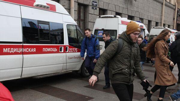 Автомобиль скорой помощи у станции метро Технологический институт в Санкт-Петербурге, где произошел взрыв, 3 апреля 2017 года - Sputnik Азербайджан