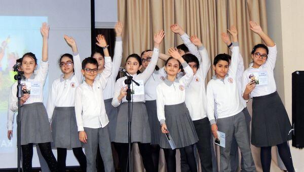 Ученики исполняют композицию Притяжение - Sputnik Азербайджан