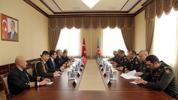 Встреча генерал-полковника Закира Гасанова с с командующим ВМС Турции адмиралом флота Бюлентом Бостаноглу - Sputnik Азербайджан