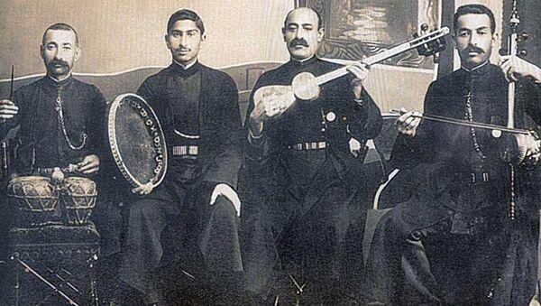Ханенде Сеид Шушинский (второй слева) со своим ансамблем в 1916 году - Sputnik Азербайджан