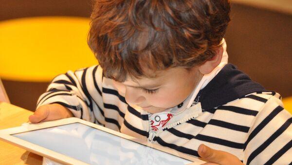 Ребенок с планшетом, фото из архива - Sputnik Азербайджан