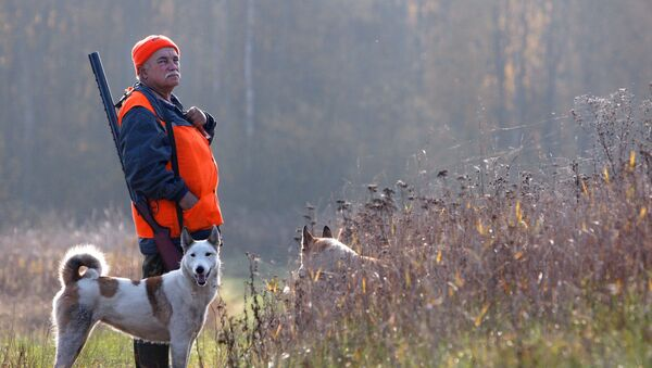 Охотник во время охоты, фото из архива - Sputnik Азербайджан