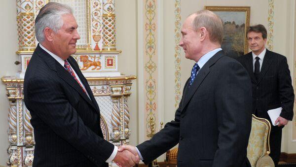 Президент России Владимир Путин (справа) и Рекс Тиллерсон - Sputnik Азербайджан