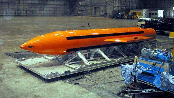 Тяжелый боеприпас фугасного действия MOAB, 11 марта 2003 года - Sputnik Azərbaycan